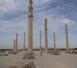 http://key2persia.com/shared/data/pages/lang/iran_travel_guide/central_iran/persepolis/iran_shiraz_takhte%20jamshid_old%20palace.jpg